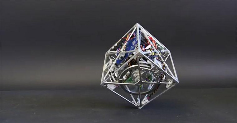 ربات مکعبی شکل با قابلیت حرکت